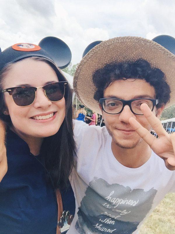 Foto do Marcelo e da Bia, da equipe do VPD, com orelhinhas de Mickey