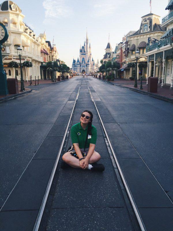 Aquela foto ostentação com o parque vazio! Foto da Bia, da equipe do VPD, com o uniforme da Disney e sentada na Main Street vazia, com o castelo ao fundo