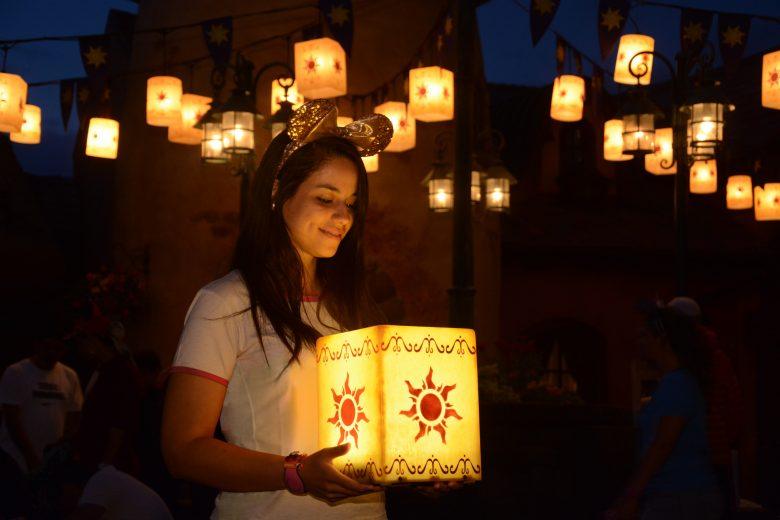 Finalmente a Thais veio fazer parte do VPD com a gente! Foto da Thais, da equipe do VPD, segurando uma das lanternas do festival da Rapunzel no Magic Kingdom