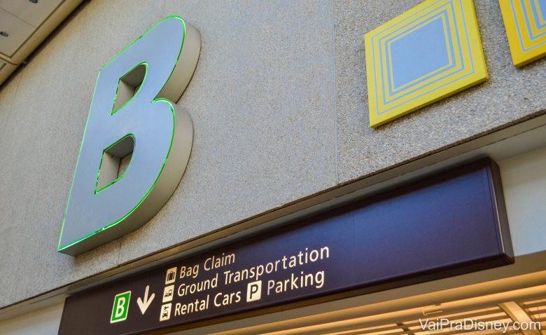 Foto da placa do terminal B no aeroporto de Orlando.