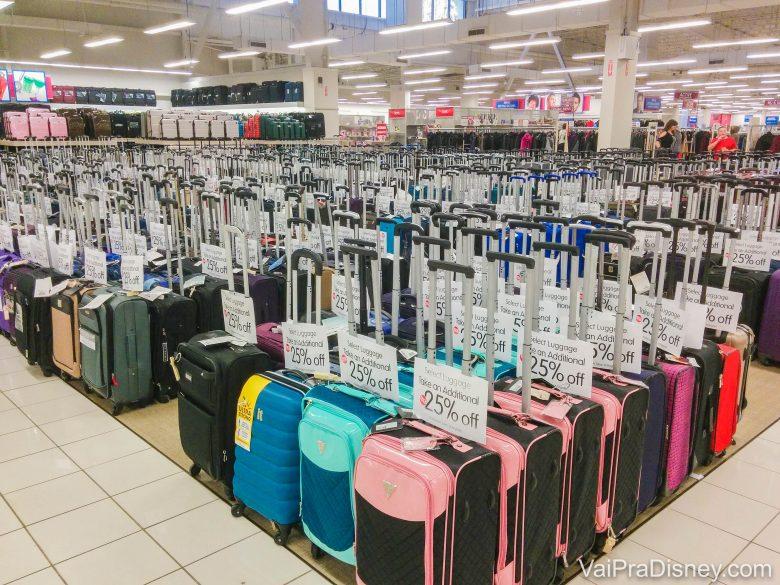 Foto de diversas malas com detalhes coloridos à venda numa loja