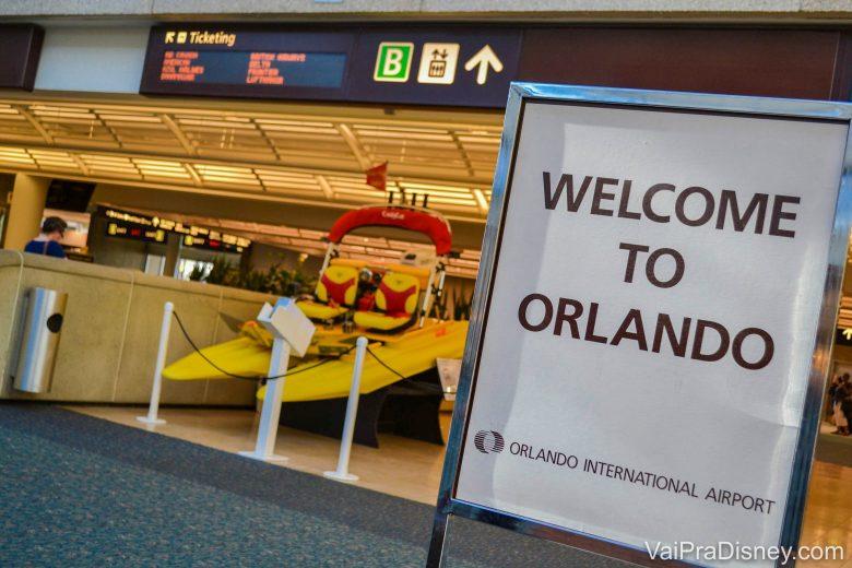 """Foto do aeroporto de Orlando. Muitas promoções do Hurb são para Orlando. Foto de uma placa no aeroporto de Orlando, onde está escrito """"Welcome to Orlando"""""""