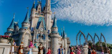 Imagem do castelo da Cinderela com os personagens em frente (Mickey, Elsa, Olaf e outros)