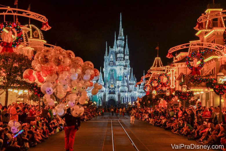 O castelo fica especialmente incrível com a iluminação de Natal.