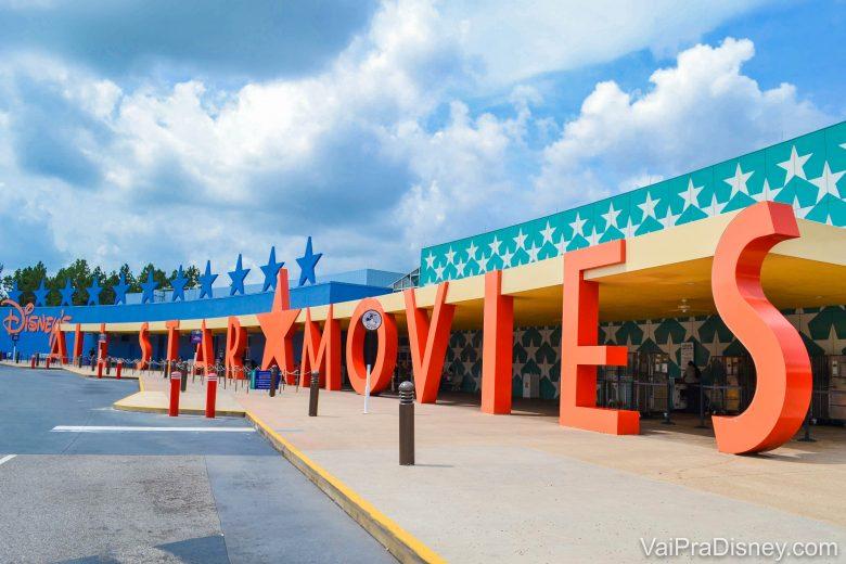 A foto mostra a placa do hotel All Star Movies. As letras são alaranjadas, há estrelas azuis no fundo e as paredes também tem estrelas. Não sabemos se a reabertura dos parques também implicará na reabertura de todos os hotéis.