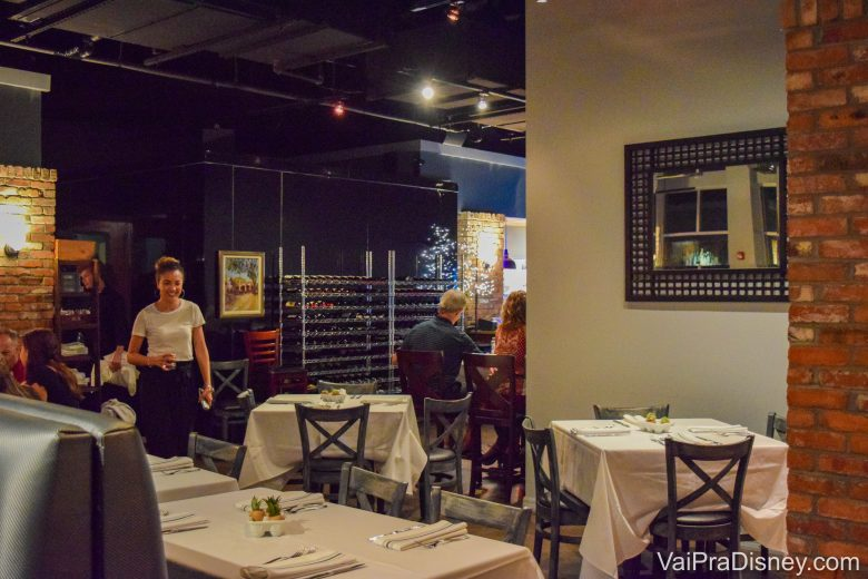 Foto do ambiente com mesas e cadeiras, bem aconchegante e com decoração discreta