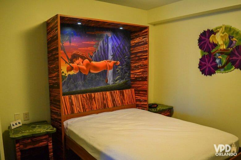 Foto da cama que vira mesa ou mesa que vira cama no hotel Art of Animation. A cabeceira da cama é decorada com uma imagem do Simba.