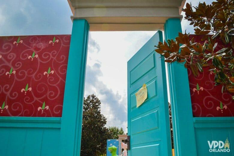 Foto da entrada para a área do Toy Story com a porta do quarto do Andy, pintada de azul.