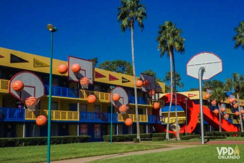 Foto da parte exterior do prédio do hotel All Star Sports, com decorações de cestas e bolas de basquete.