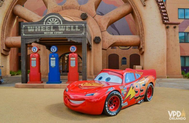 Foto da área do Carros no hotel Art of Animation, onde é possível ver uma réplica do Relâmpago McQueen.