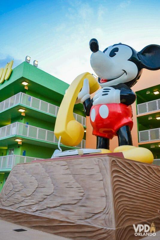Foto do telefone do Mickey gigante, parte da decoração do hotel Pop Century