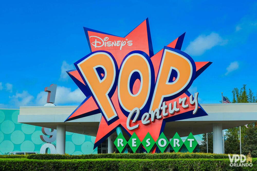 Placa de entrada do hotel Pop Century