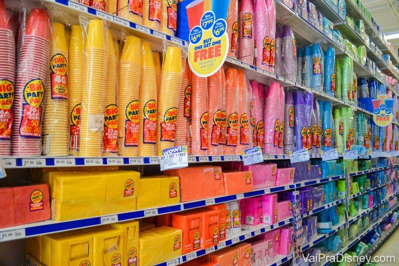 Foto das opções de copos de todas as cores e tamanhos.