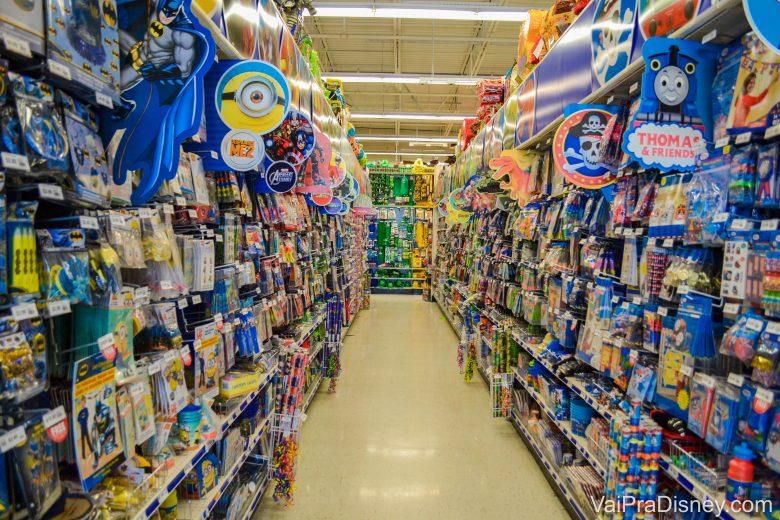 Foto do corredor com as placas indicando os temas presentes nos produtos, como Minions e piratas