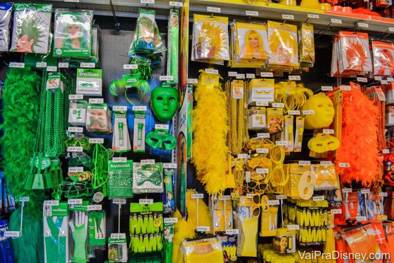 Foto de itens que podem servir para festas de carnaval, como máscaras e tiaras coloridas