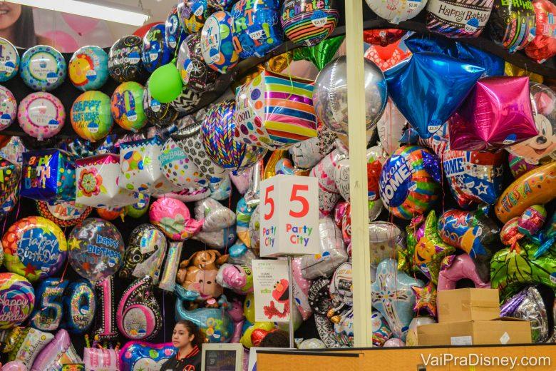 Foto dos balões já cheios à venda na loja, de muitas cores e formatos diferentes