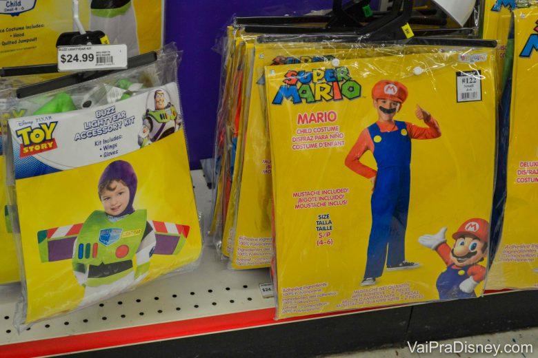 Algumas fantasias para crianças, como de Buzz Lighyear e Mario