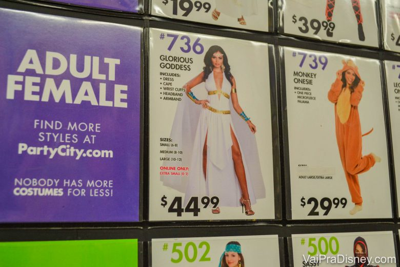 Foto de algumas opções de fantasias para mulheres adultas na prateleira da Party City