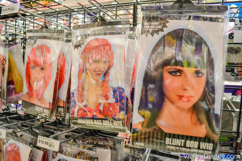 Foto das perucas à venda na Party City