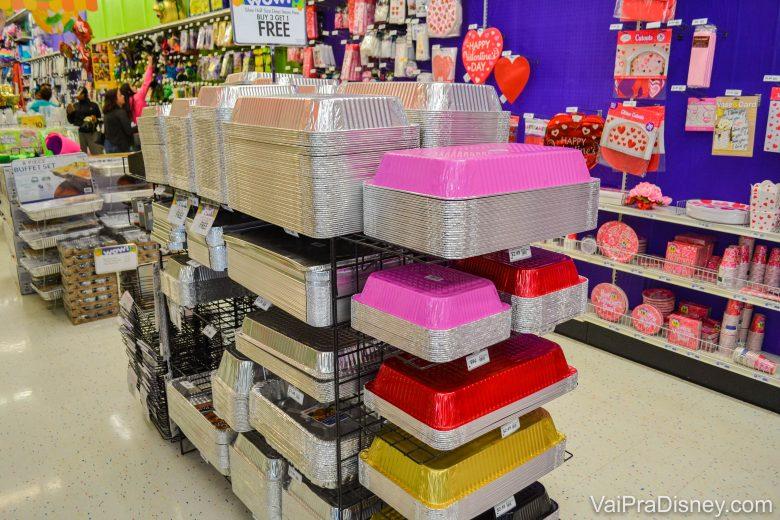 Diversas opções e tipos de recipientes, assadeiras e bandejas para servir comida