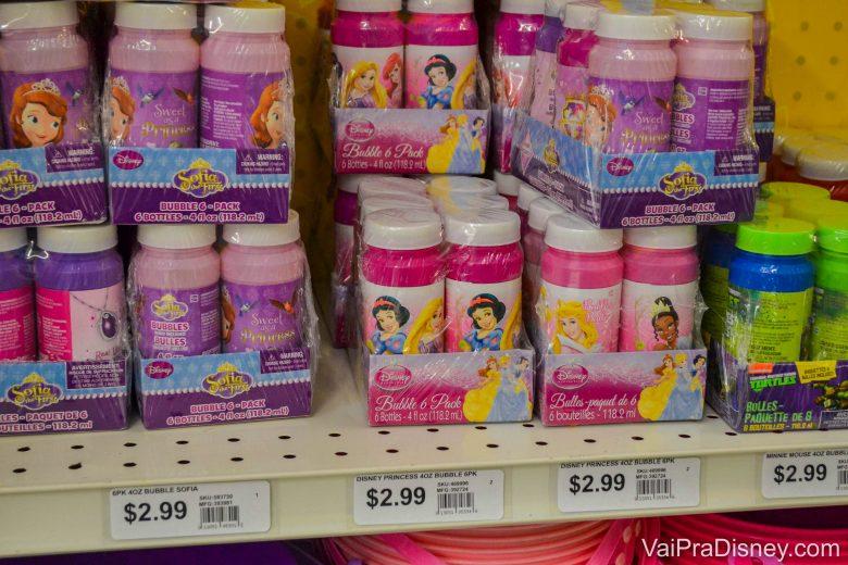 Foto de um jogo de bolinhas de sabão das princesas vendido por menos de $3 dólares, um conjunto com 6 potinhos, na Party City