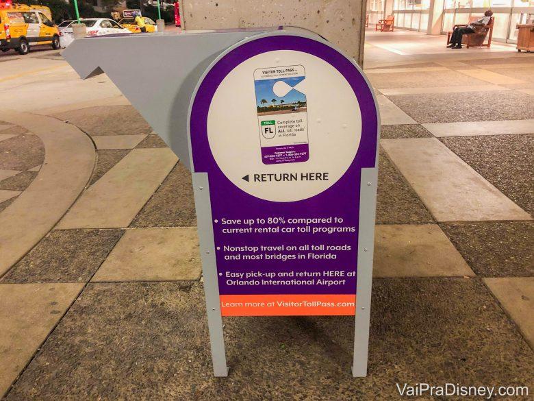 Foto da caixa para devolver o dispositivo do Visitor Toll Pass no aeroporto de Orlando vista de lado