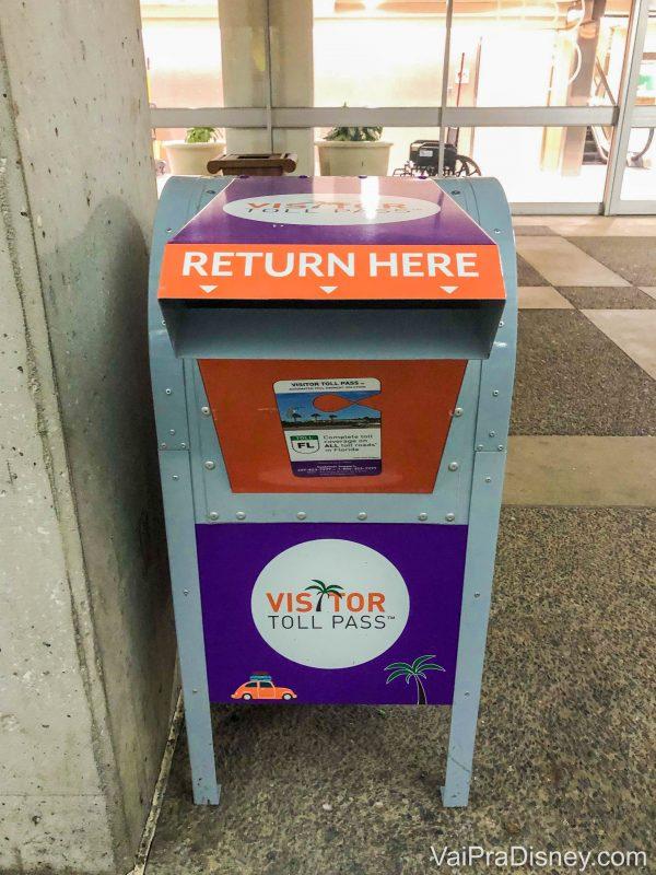 Foto da caixa para devolver o dispositivo do Visitor Toll Pass no aeroporto de Orlando