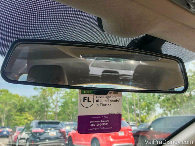 Foto do dispositivo do Visitor Toll Pass no carro, preso ao retrovisor do para-brisa