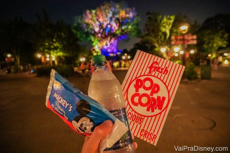 Foto dos lanchinhos do After Hours: sorvete do Mickey, água e pipoca