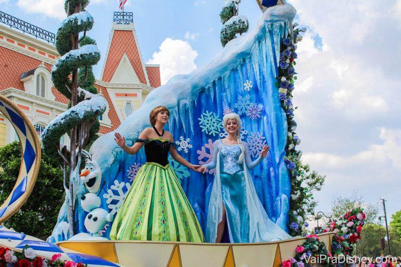 Também é possível ver e acenar para a Anna e a Elsa na parada das 15h no Magic Kingdom, a Festival of Fantasy Parade. Foto das personagens Anna e Elsa acenando para os visitantes na parada do Magic Kingdom