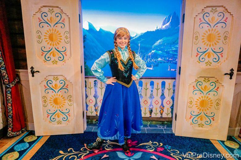 Foto da princesa Anna no Epcot, no cenário norueguês em que ela fica encontrando os visitantes.