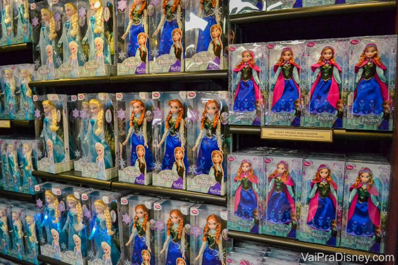 Produtos de Frozen encontrados na The Fjording. Foto de bonecas de Anna e Elsa em uma prateleira.