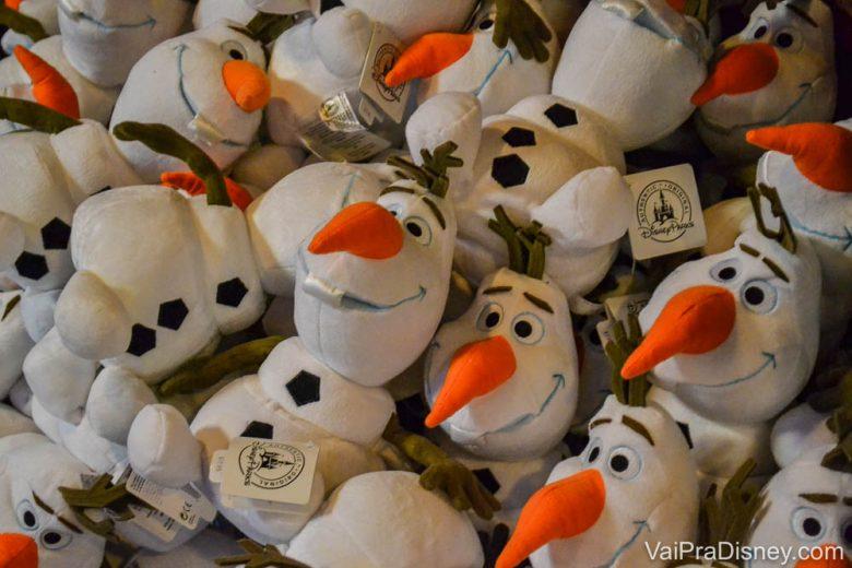 Olaf de pelúcia. Foto de muitos Olafs de pelúcia.