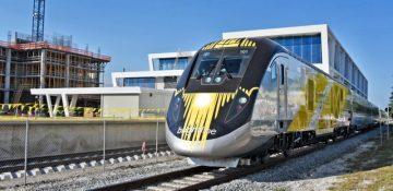 Foto de um trem sobre os trilhos, ilustrando como será o trem que irá de Miami a Orlando