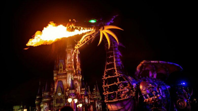 Foto do dragão da Malévola cuspindo fogo durante a parada especial do evento Villains After Hours