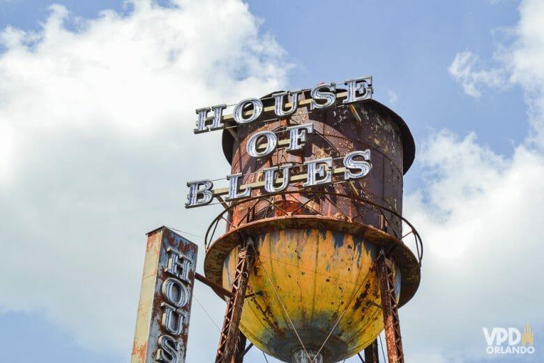 Foto da caixa d'água da House of Blues, com placas indicando o nome do local