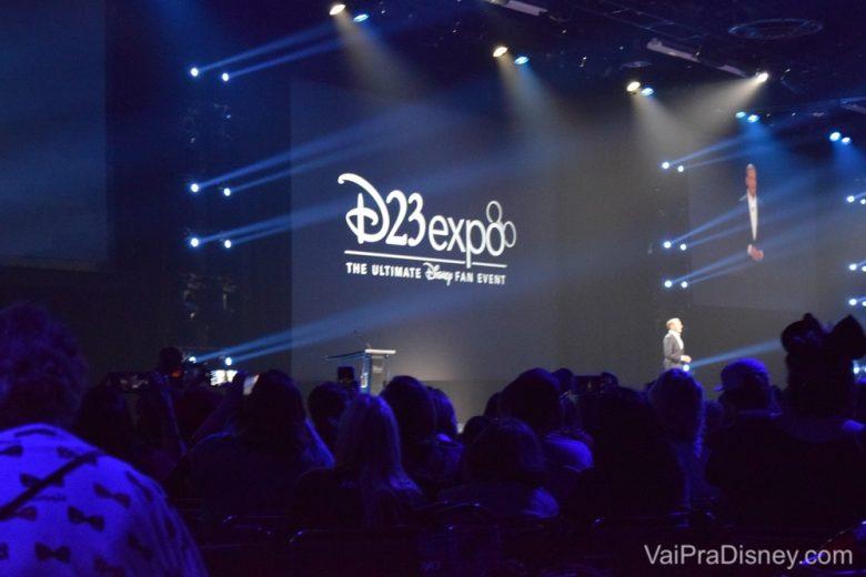 Foto do CEO da Disney Bob Iger no palco da D23 Expo