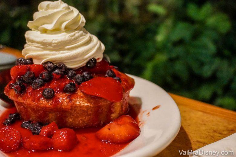 Foto da sobremesa do Garden Grill, um bolinho com calda de morango e chantilly em cima