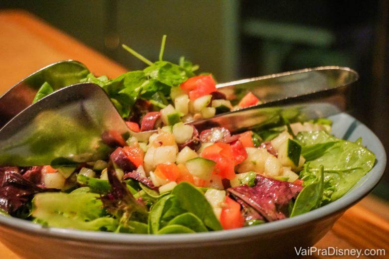 Foto da salada do Garden Grill, com rúcula, tomate, pepino, alface e alface roxa