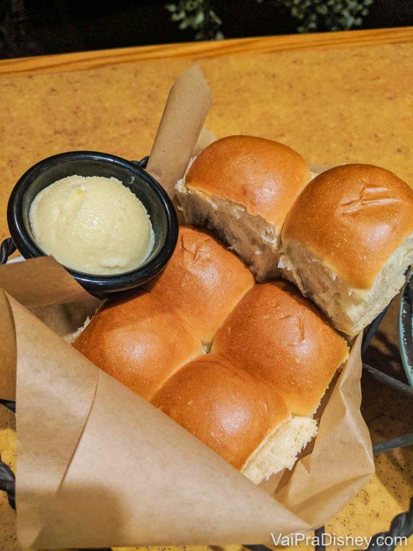 Foto do pão acompanhado de manteiga em um potinho que é servido no Garden Grill