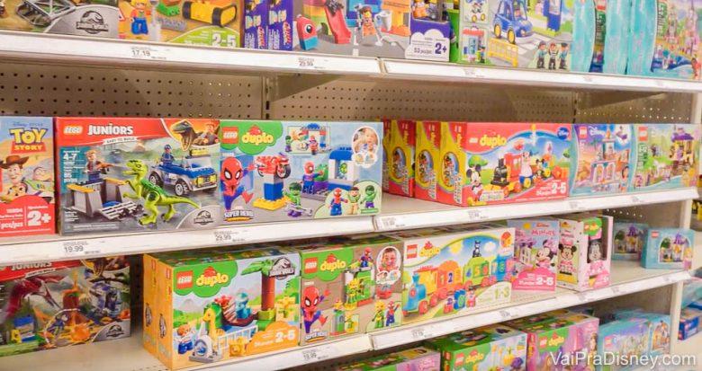 Foto dos brinquedos na prateleira da loja