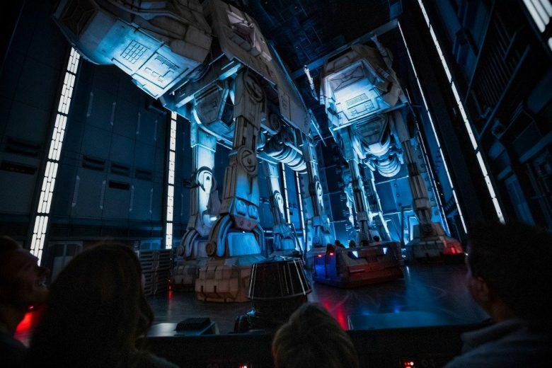 Foto dos AT-Ts iluminados no interior da atração Rise of the Resistance