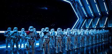 Foto do interior da atração de Star Wars, Rise of the Resistance. É possível ver muitos stormtroopers iluminados por luzes azuis