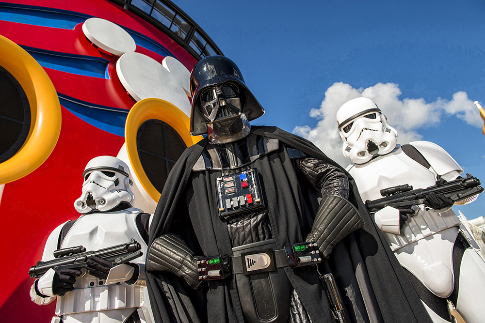 Foto do Darth Vader e dois stormtroopers no cruzeiro temático de Star Wars da Disney Cruise Line