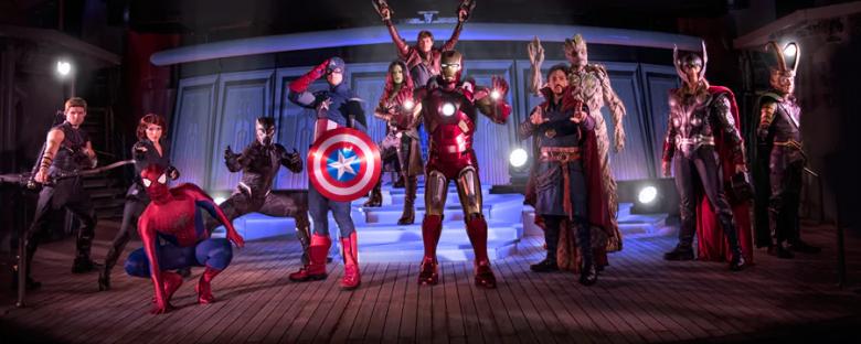 Foto de divulgação do cruzeiro da Marvel, mostrando diversos heróis como Homem-aranha, Capitão América e Doutor Estranho