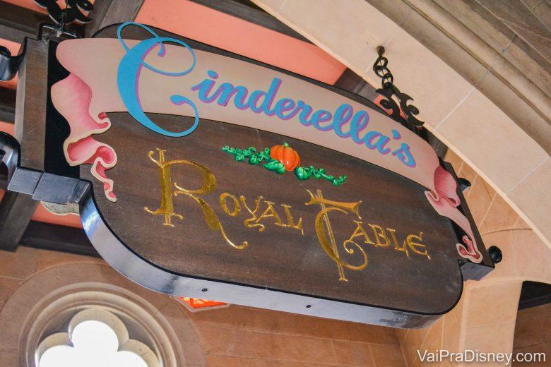 Foto da placa na entrada do Cinderella's Royal Table, o restaurante que fica no castelo da Cinderela