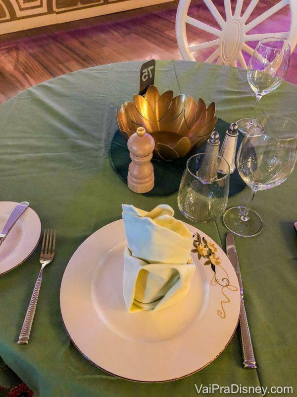 Foto da mesa da Bia no jantar rotacional do cruzeiro. Ela optou por jantar sozinha e foi atendida.