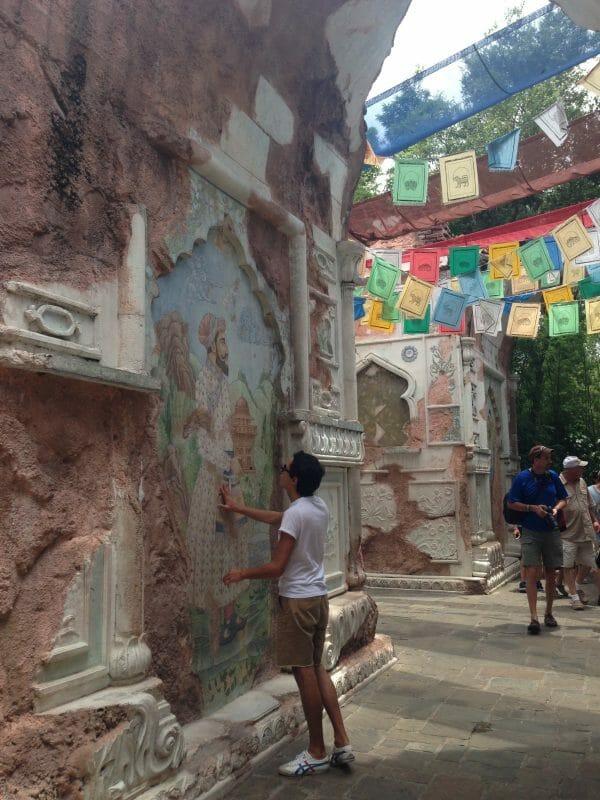 Foto do Henrique em uma parede na Ásia, no Animal Kingdom