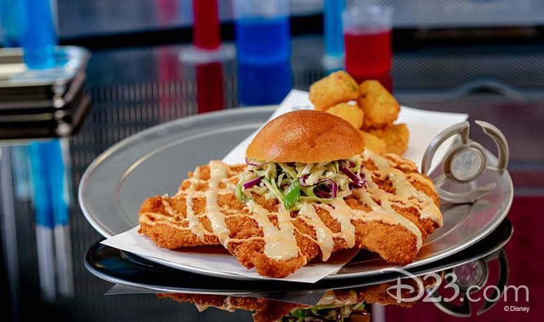 Foto do lanche que será vendido no Pym Test Kitchen, com o frango bem maior que o pão