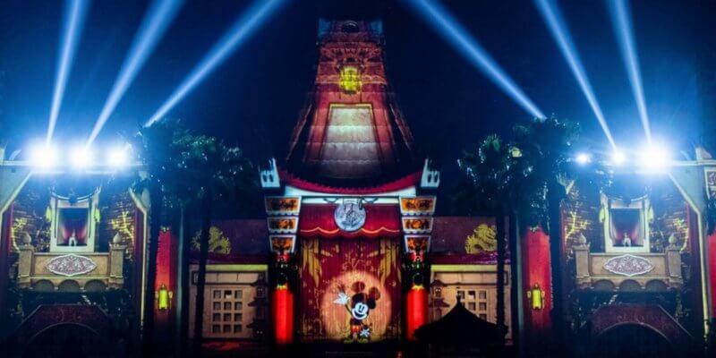 Ilustração da Disney do Teatro Chinês, com o Mickey no centro de um holofote apresentando um show.